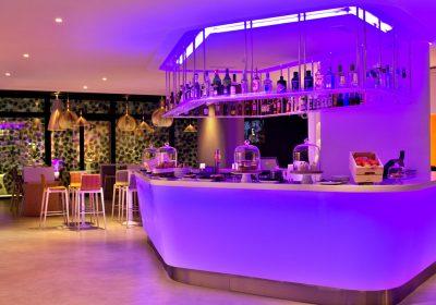 Um DJ, a Cigana do Tarot e o intrometido do Cupido estão numa festa… para solteiros