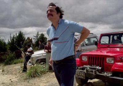 Todas as vezes que Pablo Escobar ajeitou as calças na temporada 1 de Narcos